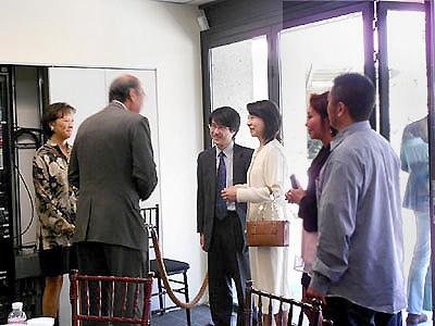 日系諸団体の方々と談笑される新村領事